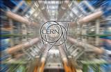 Das CERN-Logo vor dem Hintergrund des ATLAS-Detektors, einem Teil des LHC